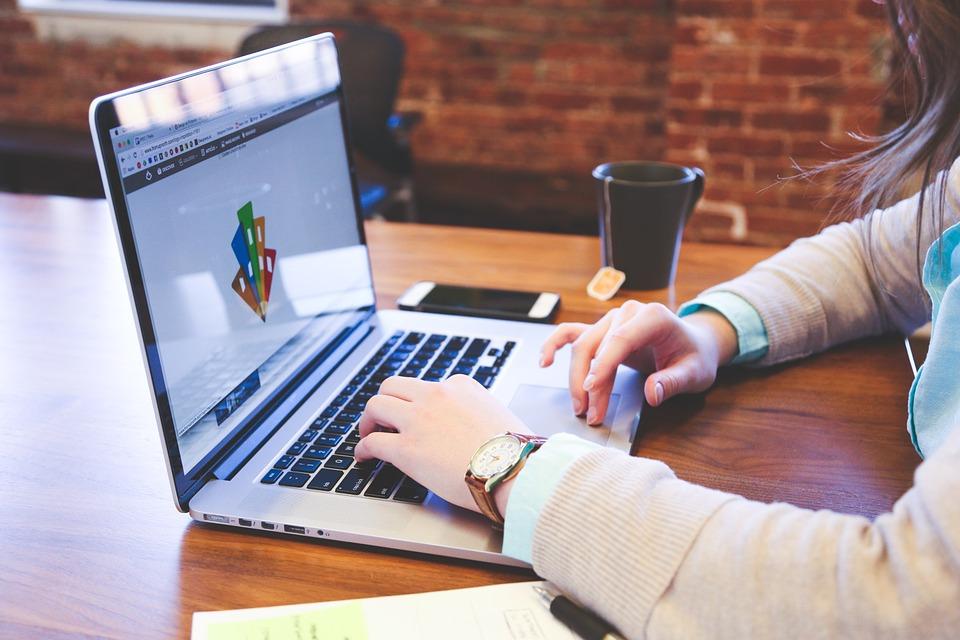Apple Laptops for Digital Marketing