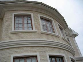 Пенопластовые карнизы можно монтировать на полукруглые стены