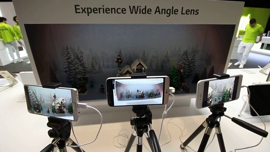 LG showing off its ultra-wide lens during Mobile World Congress 2016