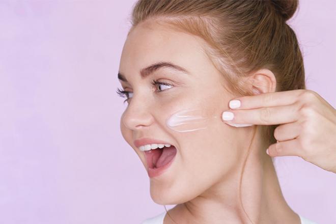 """Lớp dầu tự nhiên của da đóng vai trò như """"tấm chắn"""" ngăn mất nước cho da"""