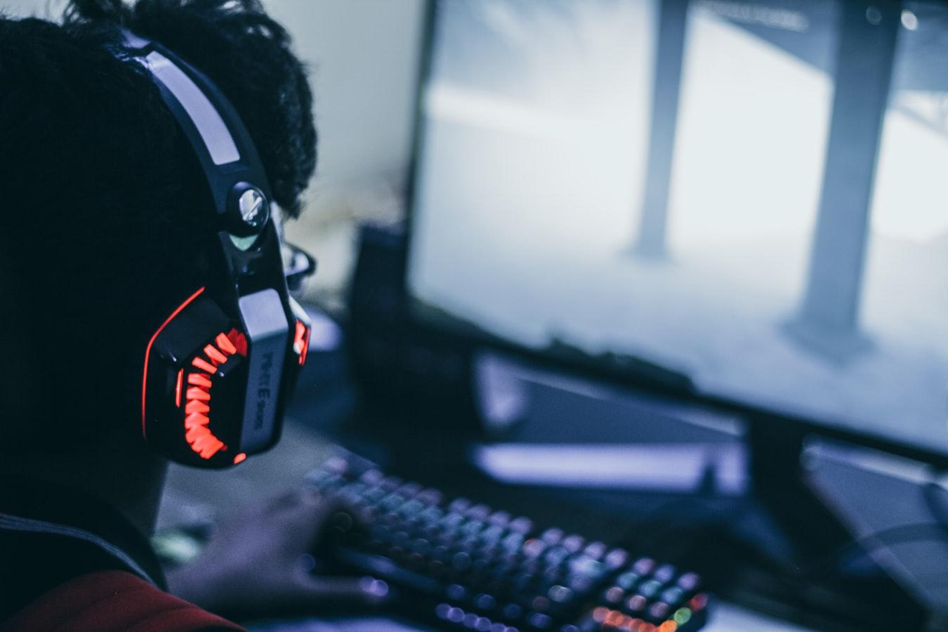 Menino jogando no computador