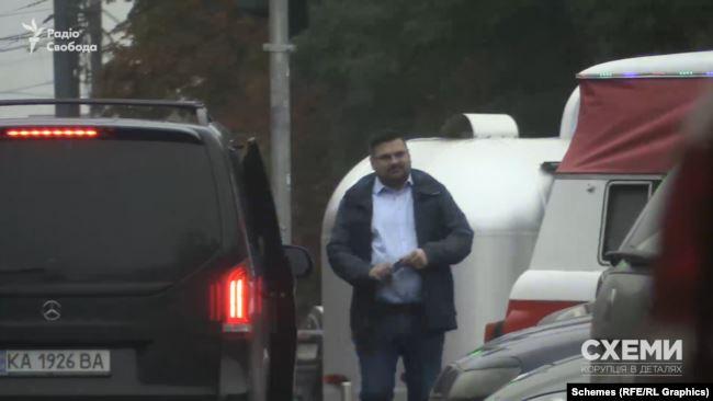 Коли після зустрічі невідомий пасажир Mercedes повертався до авто, «Схеми» впізнали в ньому високопосадовця СБУ Андрія Наумова