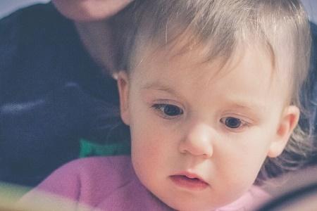 Immagine che contiene persona, interni, piccolo, neonato  Descrizione generata automaticamente