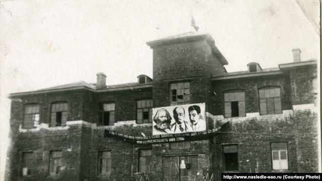 Здание райисполкома в Биробиджане. 1930 годы