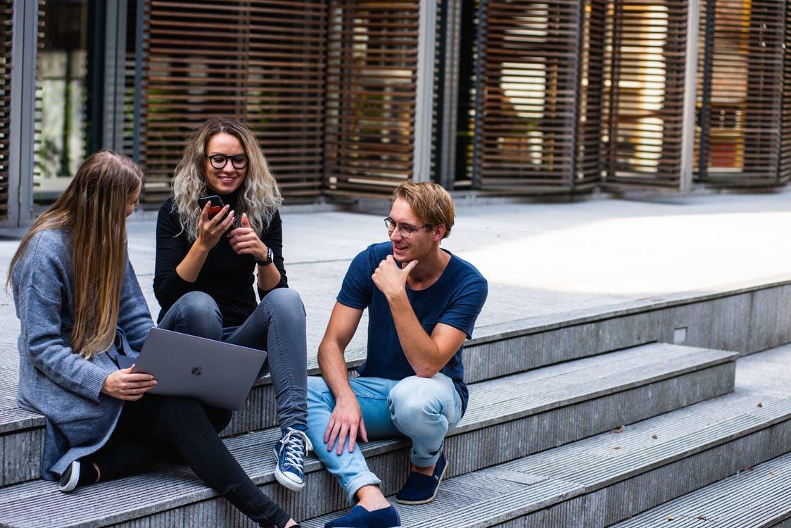 Tiga Orang Yang Duduk Di Tangga Berbicara Satu Sama Lain