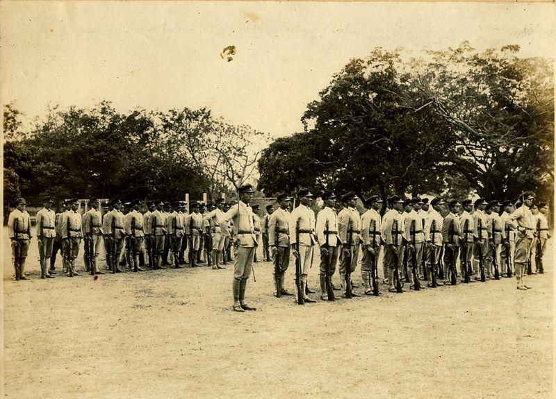 高雄一所高中的学生们在二二八起义早期自行组织自卫队。 //图片来源: Wikipedia,公共领域