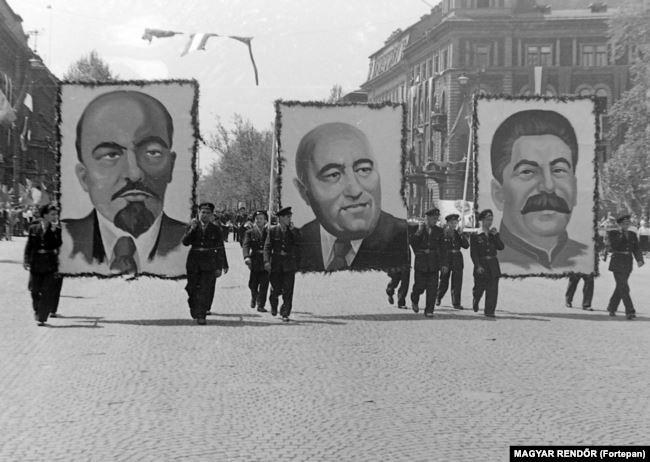 Портрет коммунистического лидера Матьяша Ракоши (в центре) проносят на параде в 1950 году рядом с портретами Ленина и Сталина
