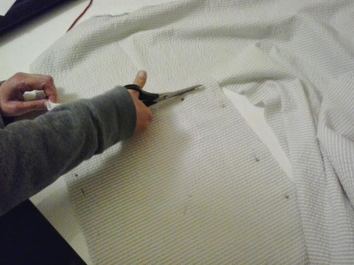 Cortaremos la tela por donde hemos marcado con el lápiz o el jaboncillo.
