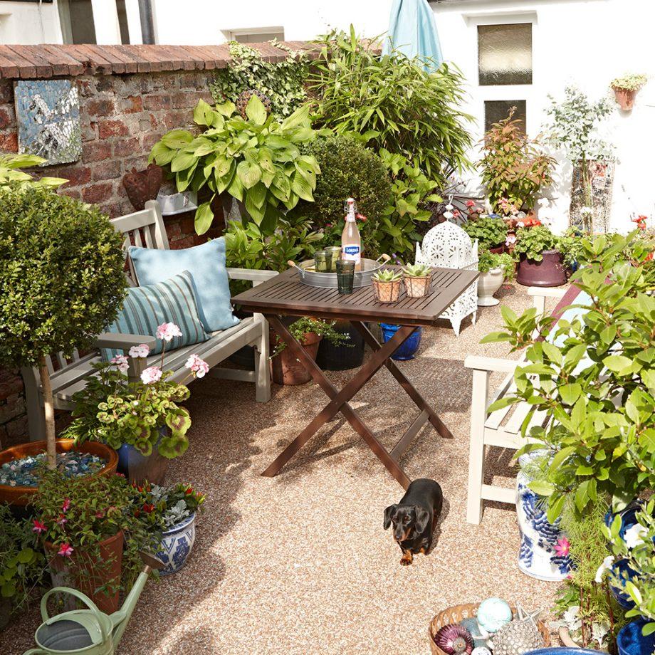 Teras rumah yang memanfaatkan berbagai ukuran dan model pot sebagai dekorasi - source: idealhome.co.uk