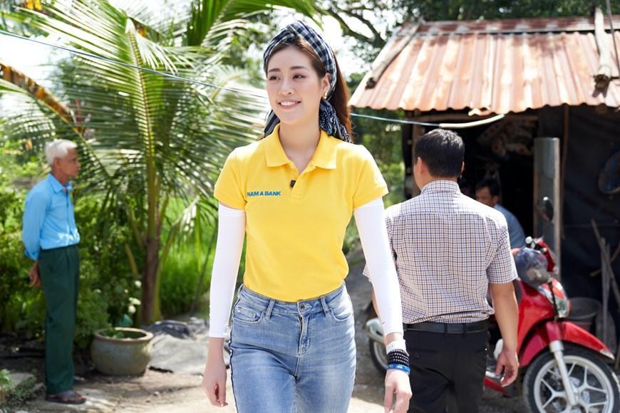 Photo] Hoa hậu Khánh Vân lội đất đi thăm bà con nghèo Long An   Văn hóa    Vietnam+ (VietnamPlus)