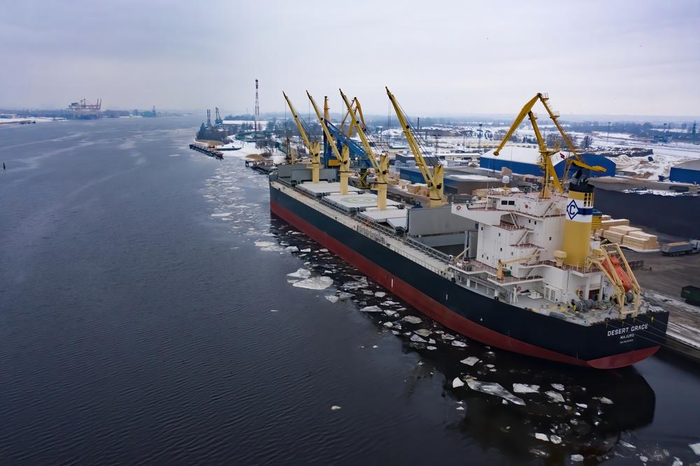 Ekonomi maritim adalah kebijakan untuk memeratakan pembangunan di negara kepulauan seperti Indonesia.