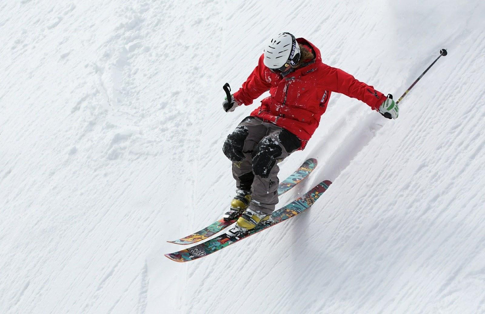 Ván trượt tuyết đôi và gậy trượt tuyết