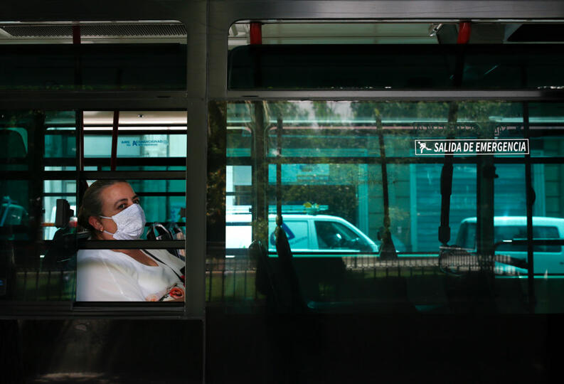 mujer viaja en transporte publico cubrebocas cuarentena coronavirus espana 4 mayo 2020 1222803570