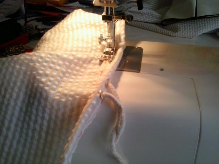Pasaremos la máquina de coser con cuidado de no coser el cordón.