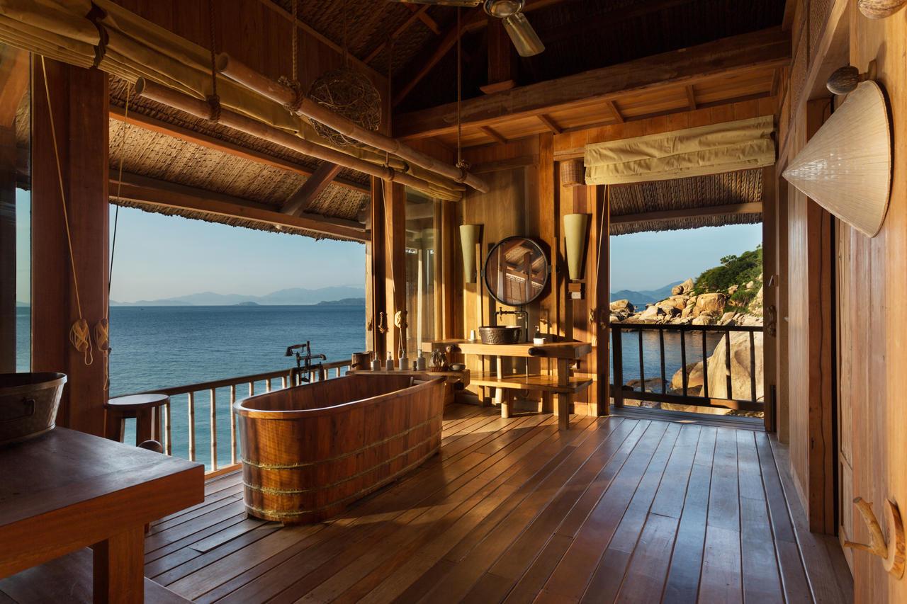 Desain kamar mandi di Six Senses Ninh Van Bay Resort, Vietnam - source: vexploretours.com
