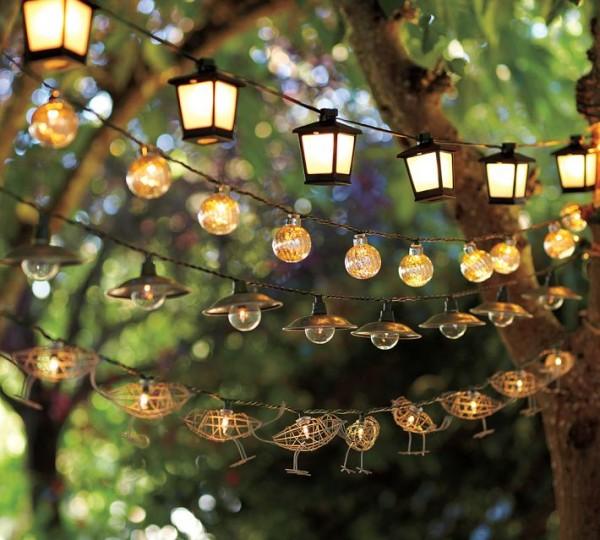 Bạn có thể lắp đặt đèn trang trí ngoài trời ở những bụi cây dày đặc