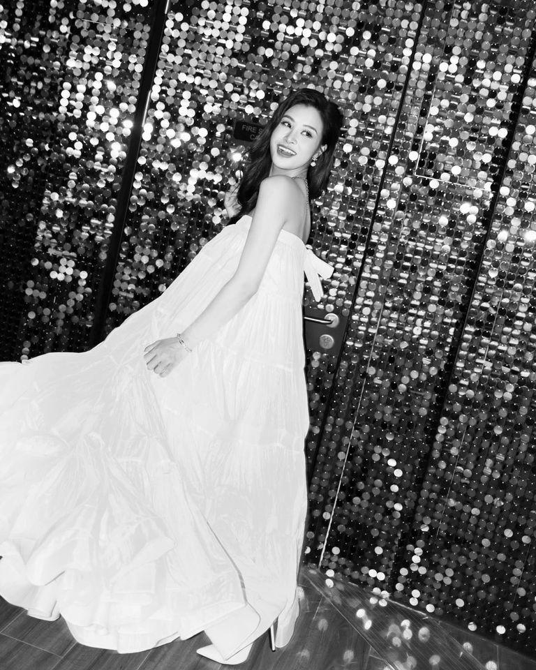 Mẹ bầu Đông Nhi diện váy xòe trắng trong đêm nhạc của Noo Phước Thịnh - ảnh 6