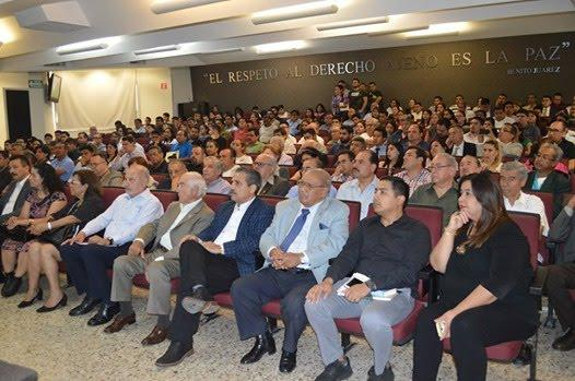 La imagen puede contener 23 personas personas sentadas multitud e interior