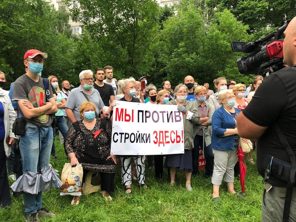 На изображении может находиться: 5 человек, люди стоят, толпа, дерево, на улице и природа, текст «мы против стройки здесь!»