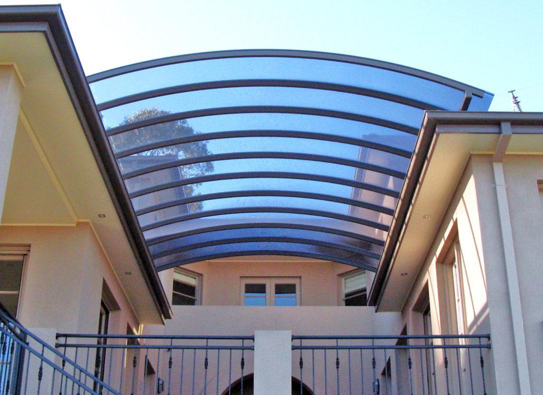 Tấm lợp lấy sáng có thể dễ dàng uốn cong theo kiến trúc công trình