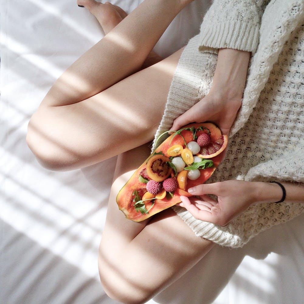 papaye coupée en deux remplie de fruit, jolie métaphore pour parler des problèmes féminins