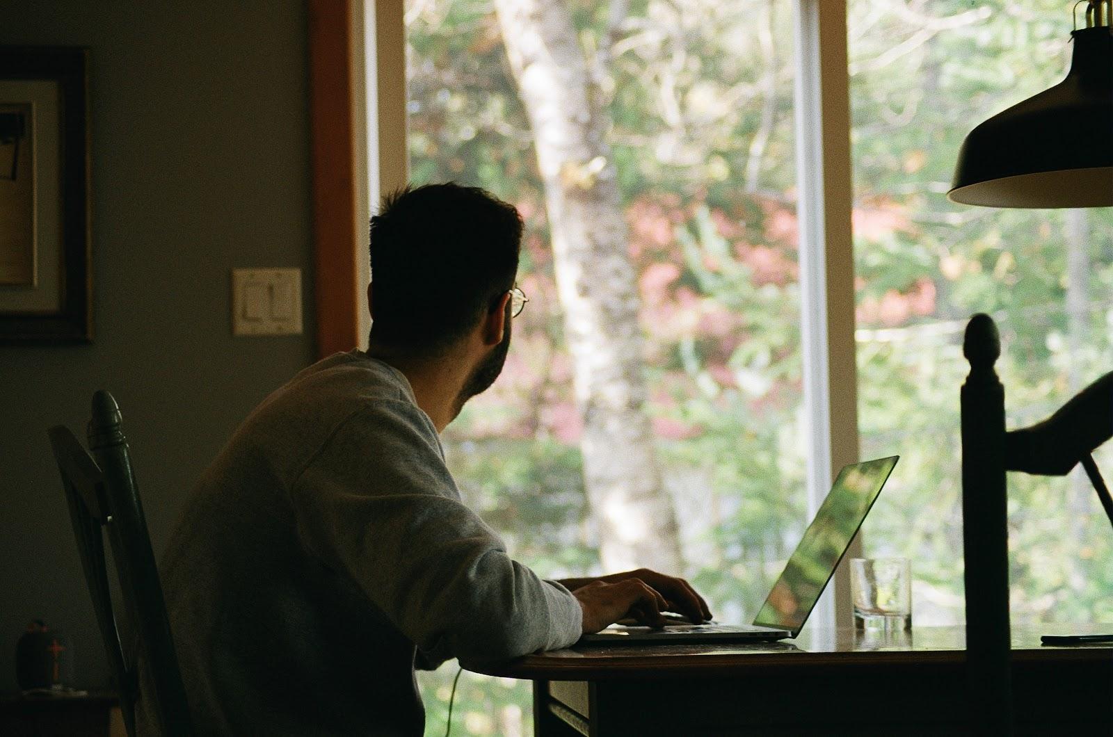 Agora o home office passou a ser a nova realidade de trabalho de muitos como na foto.