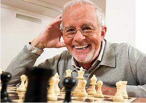 Un aîné qui joue aux échecs