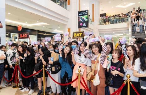 Hàng nghìn người đổ về mua sắm trong ngày đầu tiên của Vincom Black Friday
