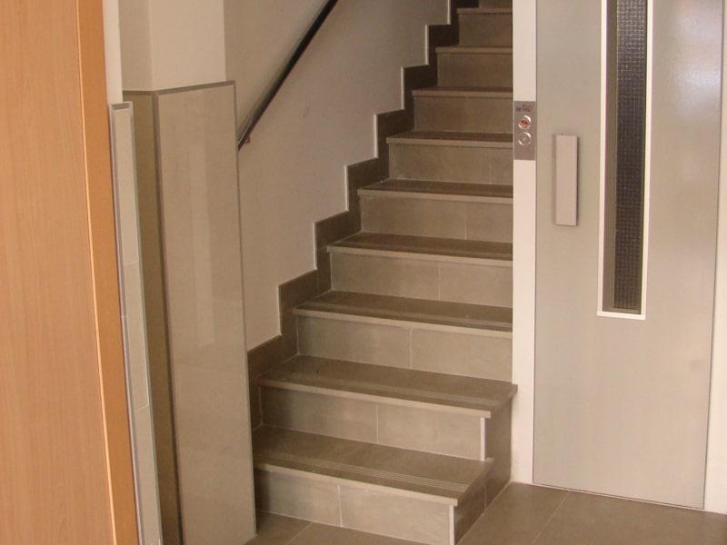 formas-de-integrar-un-ascensor-hueco-escalera