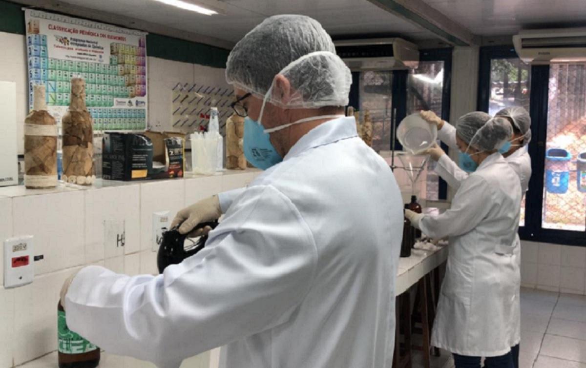 Cientistas da Universidade Federal de Sergipe produzem álcool para doar aos postos de saúde do município de Itabaiana. Foto: Rede Brasil Atual