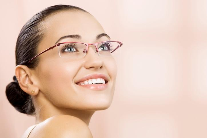 http://static.becomegorgeous.com/img/arts/2013/Feb/26/9827/makeup_tips_for_eyeglass_wearers1.jpg
