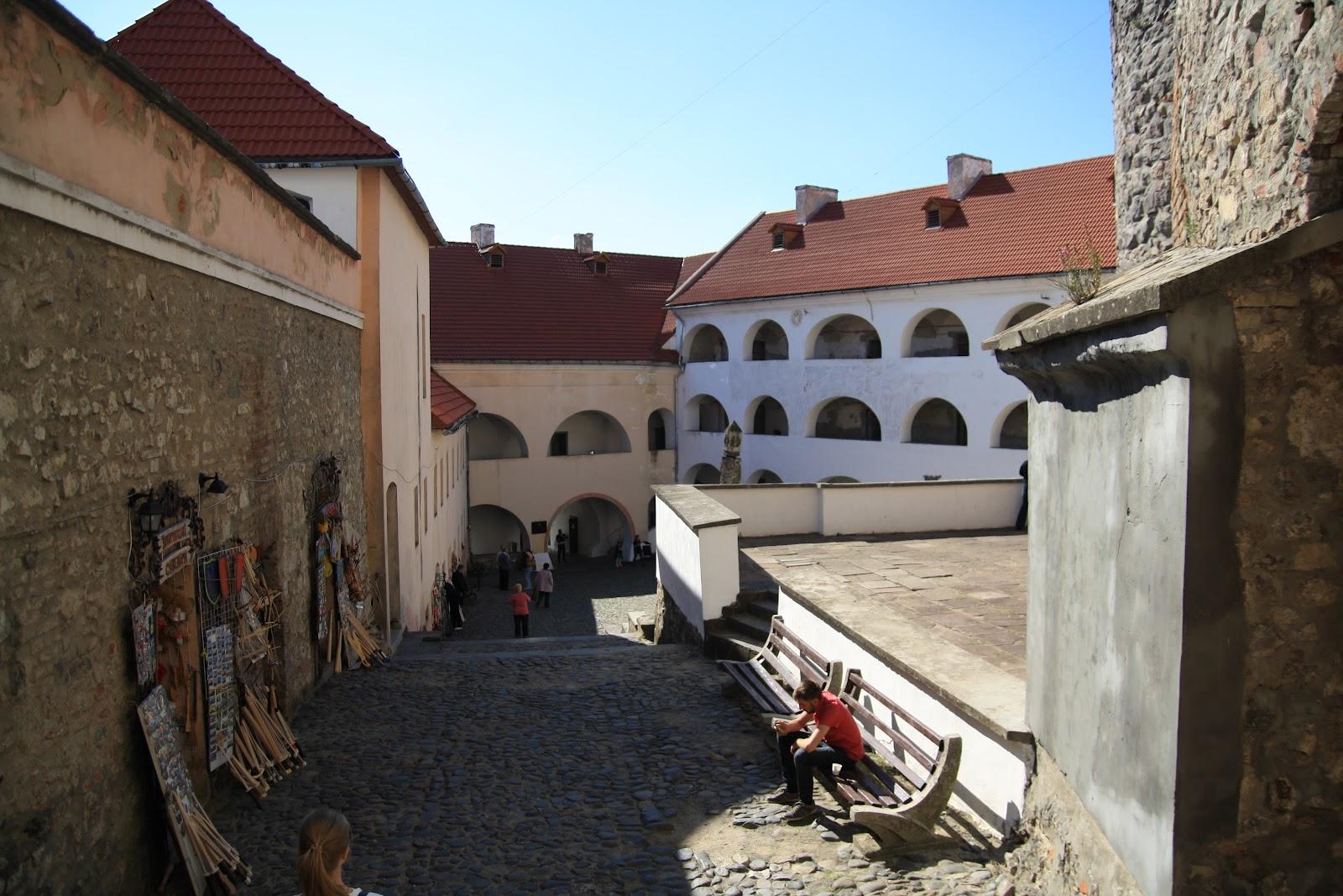Торгівля всередині двору Замку Паланок