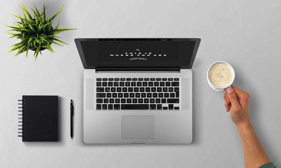Laptop, kawa, ramię, pulpit, notatnik, pisanie, kursy online