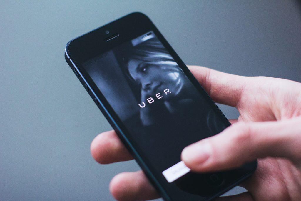 Guide en 5 étapes pour créer une identité de marque forte et mémorable pour votre petite entreprise    Designs.ai    Uber a résolu tout ce qui était nul sur les transports en commun.