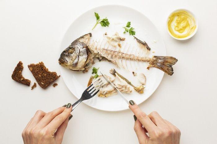 5 نصائح للتغلب على أشواك السمك العالقة في الحلق ، ستفوتك على الفور عند تناول هذه الفاكهة!