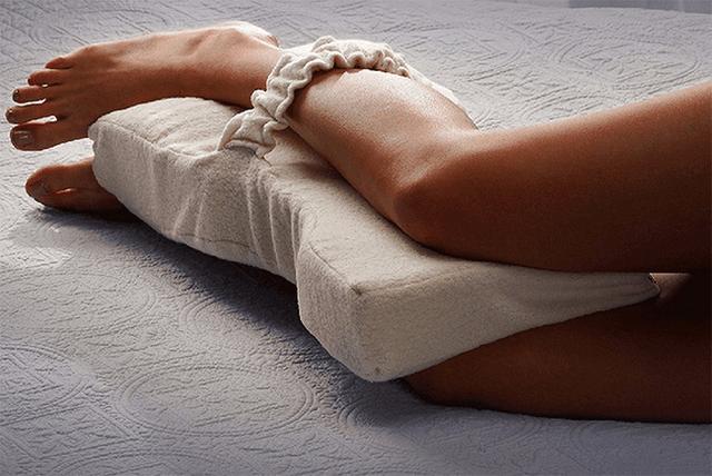 Sử dụng gối để giảm áp lực lên xương mắt cá chân.