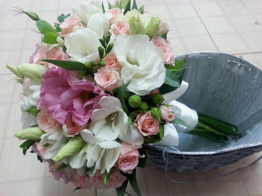 Удачное сочетание эустом различных оттенков с другими растениями и цветами в букете