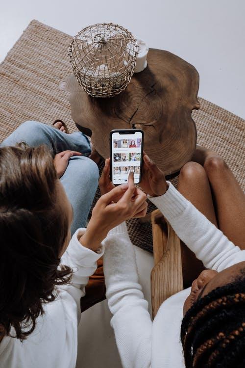 Frauen schauen auf Smartphone