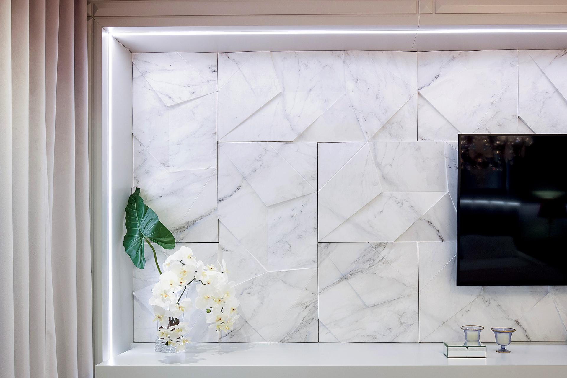 Painel de TV com revestimento 3D Scaleno Colors na cor branca e rack branca