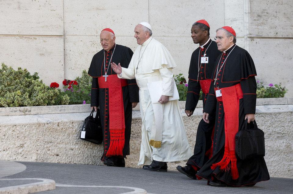 http://www.periodistadigital.com/imagenes/2014/10/24/sistach-junto-al-papa-camino-del-aula-sinodal.jpg