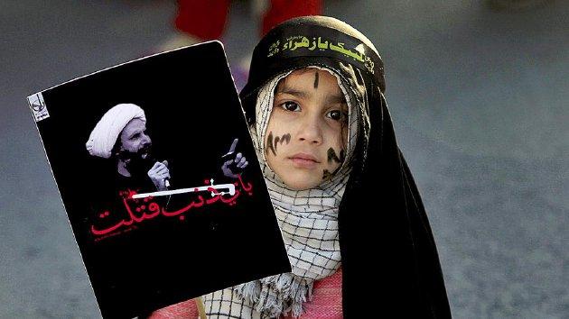 Gadis cilik asal komunitas Syiah memegang poster bergambar ulama  Nimr al-Nimr dalam sebuah  demonstrasi di Islamabad, Pakistan, Jumat (8/1). Al-Nimr  dieksekusi Pemerintah Arab Saudi, beberapa waktu lalu,  dan menimbulkan ketegangan  antara Riyadh dan Teheran.