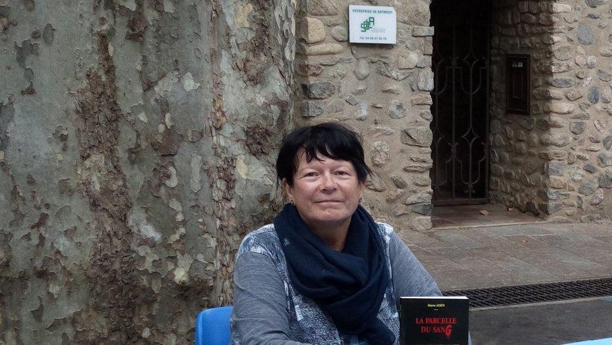 Marie Ader avec dans ses mains son premier ouvrage lors de la fête du livre.