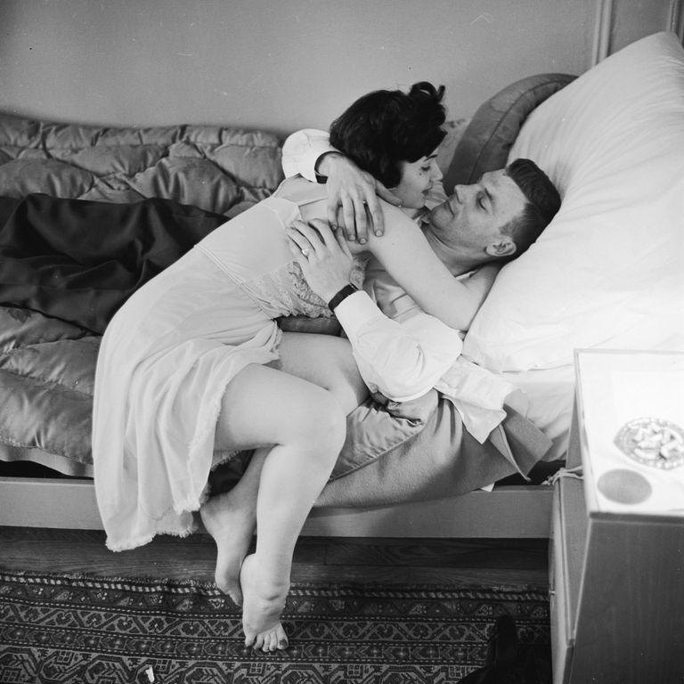 1950. gads sieviete pieliekusies, lai noskūpstītu vīrieti