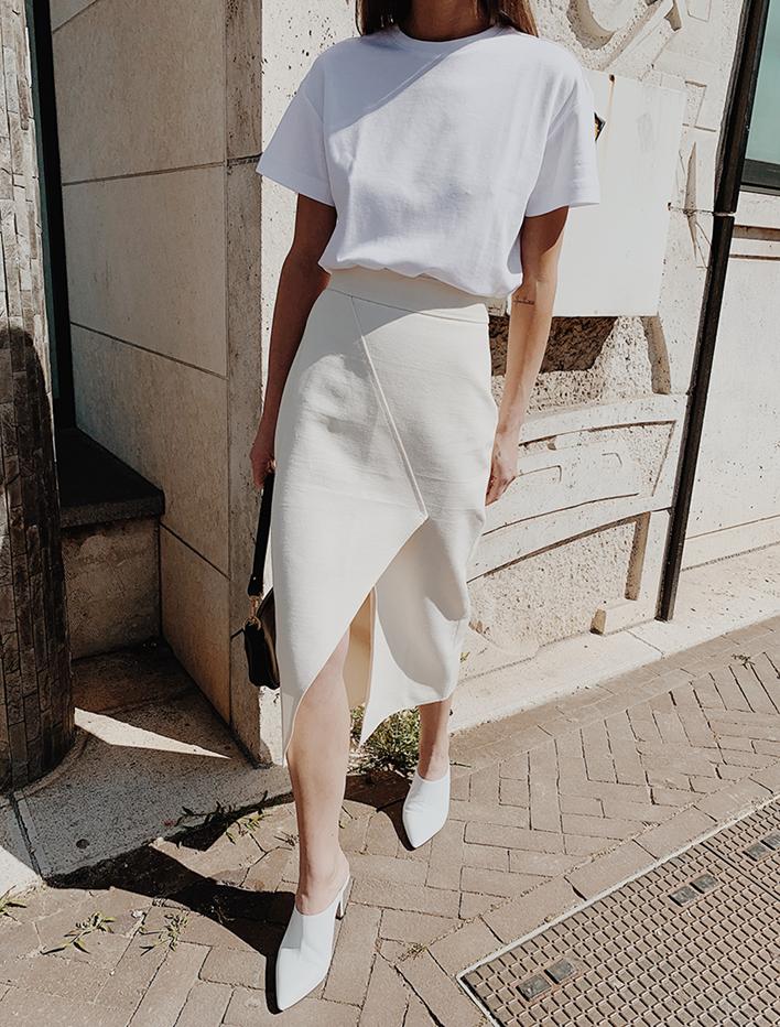 6. ใส่เสื้อยืดสีขาวกับกระโปรงซาติน