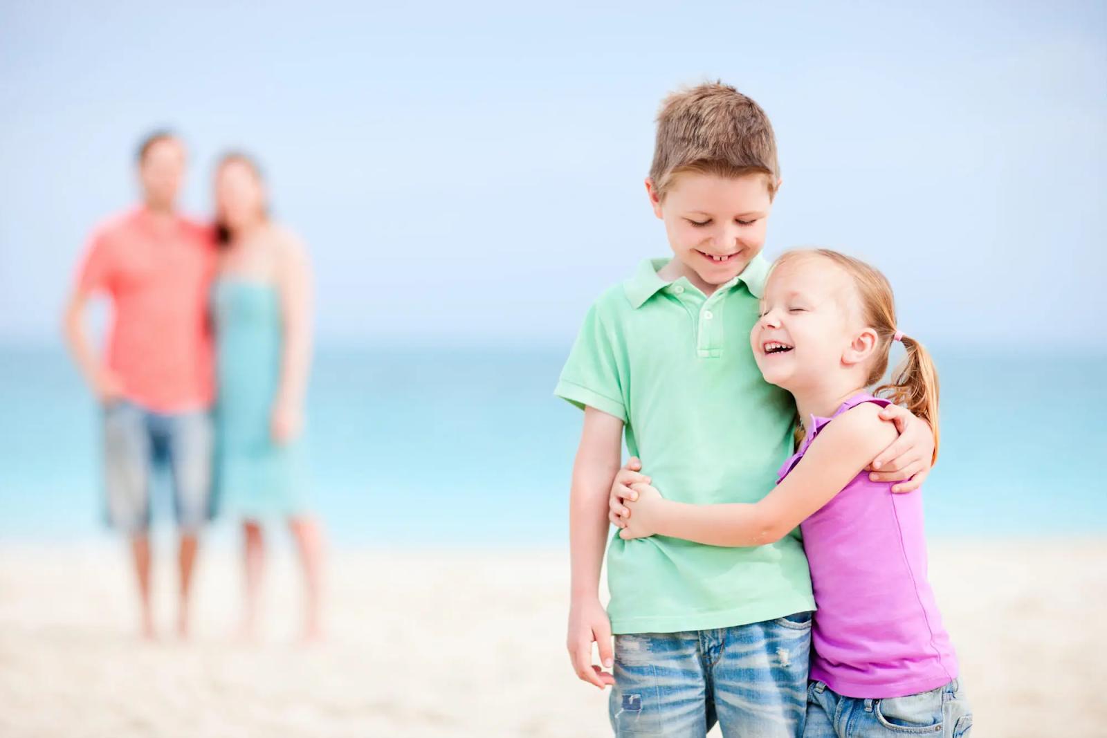 Семья с детьми на море