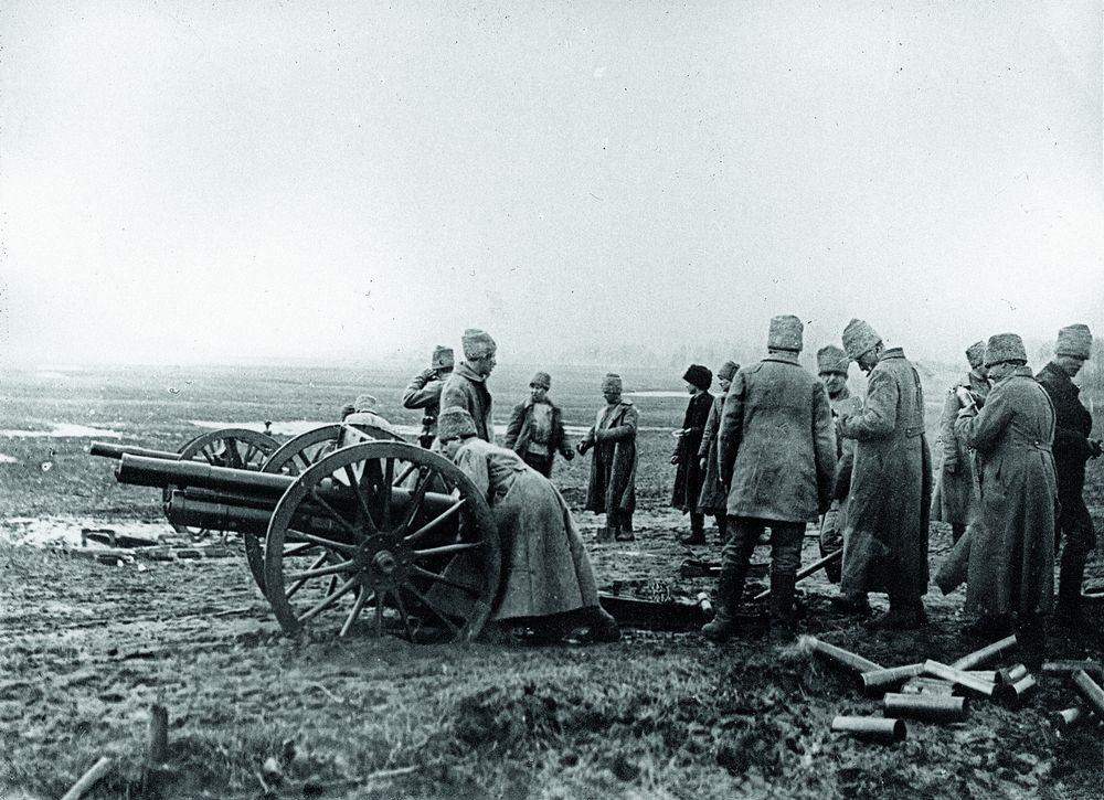 Ради мира: Расчет российских большевиков обстреливает украинские позиции в ходе первой войны с Украинской Народной Республикой
