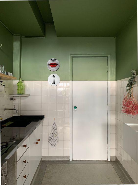 Cozinha com técnica de pintura meia parede pegando o teto verde e o outra metade de azulejo branco