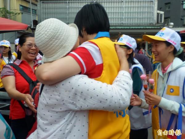 民國黨主席徐欣瑩在母親節前夕深入傳統市場掃街,許多婆婆媽媽上前熱情擁抱。 (記者廖雪茹攝)