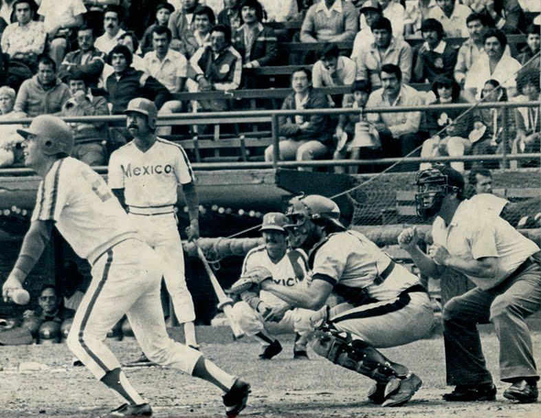 Foto blanco y negro de un jugador de béisbol con espectadores  Descripción generada automáticamente