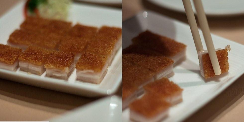 Siu Yuk (Lợn quay): Thịt lợn quay được thái vuông và chấm với nước sốt chua ngọt lạ miệng và rất dễ ăn. Vị ngọt của thịt nạc hòa quyện với vị bùi của lớp mỡ và phần bì giòn tan khiến Siu Yuk được nhiều người yêu thích.